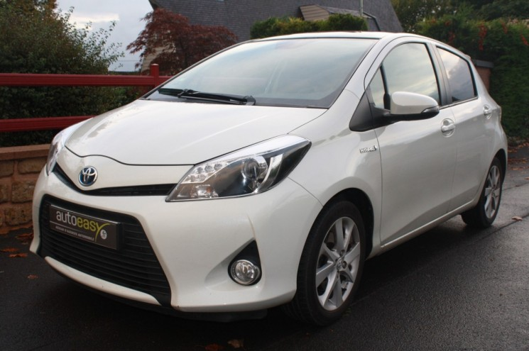 voiture toyota yaris 100 h hsd hybride style toit pano occasion 2013 45000 km 10690. Black Bedroom Furniture Sets. Home Design Ideas
